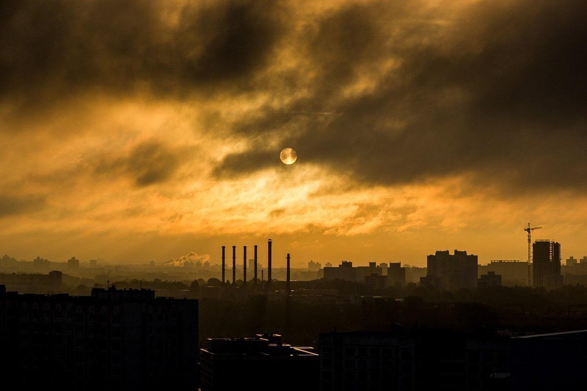 miasto i dymiące kominy