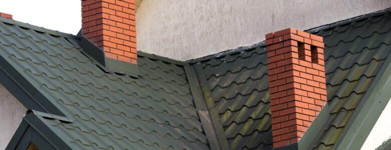 dwa kominy z cegły na dachu